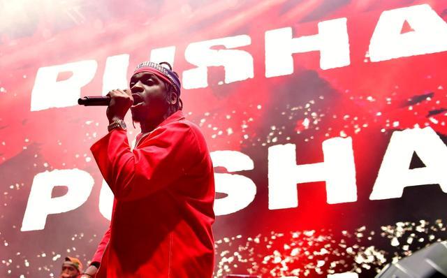 画像: プッシャ・Tのステージに「ファック・ドレイク」の文字