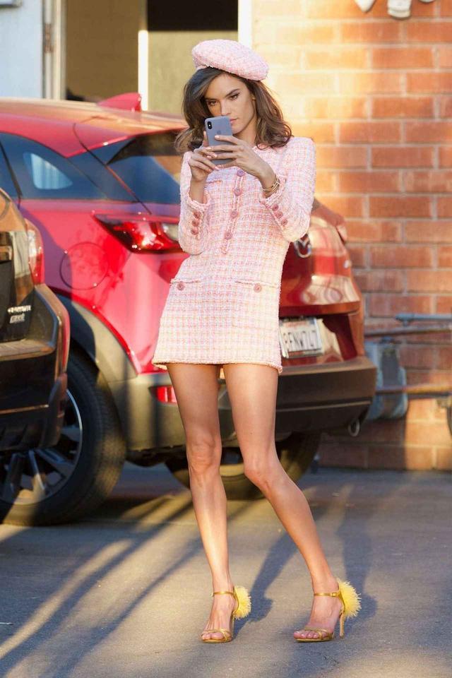 画像1: アレッサンドラ・アンブロジオの全身ピンクコーデがキュート♡