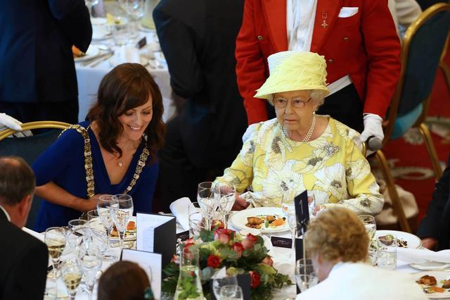 画像: 料理の中にナメクジを発見したエリザベス女王がシェフに送った「ひと言メモ」に戦慄