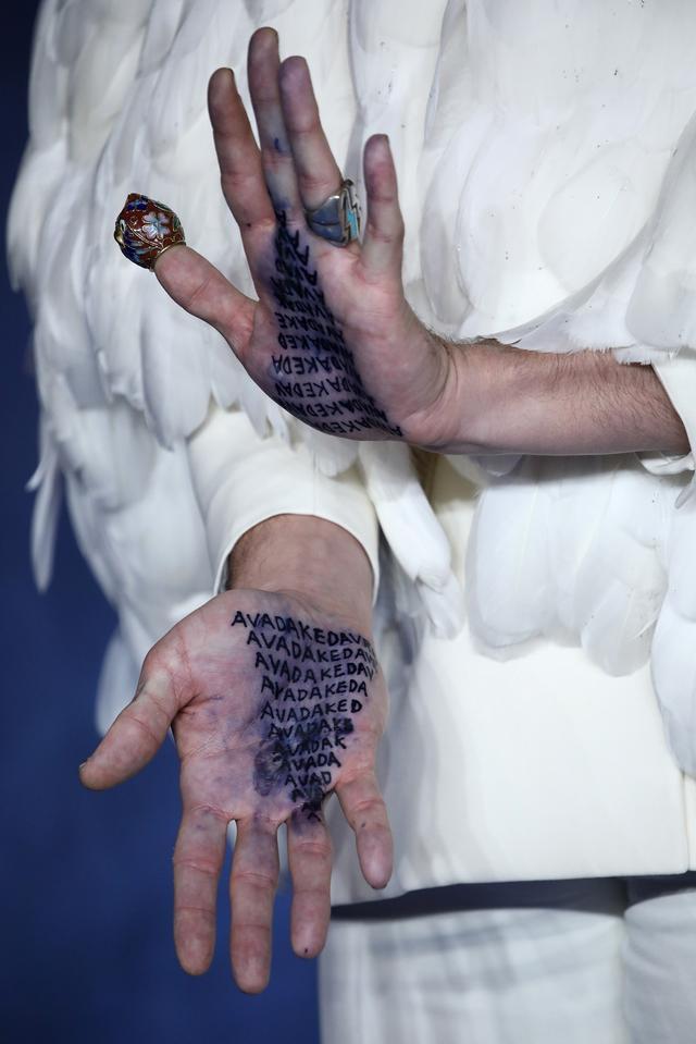 画像: 親指についた「フクロウ」を模した指サックも気になるところ…。