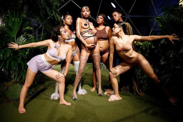 画像: サヴェ―ジ×フェンティのファッションショー。妊婦を含むさまざまな体形のモデルや異なる人種のモデルが登場し、革新的だと話題になった。