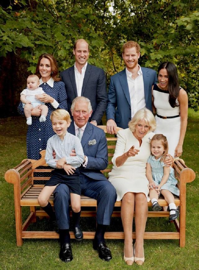 画像: 写真はチャールズ皇太子の70歳の誕生日を記念して公開された家族写真。©Kensington Palace / Twitter twitter.com