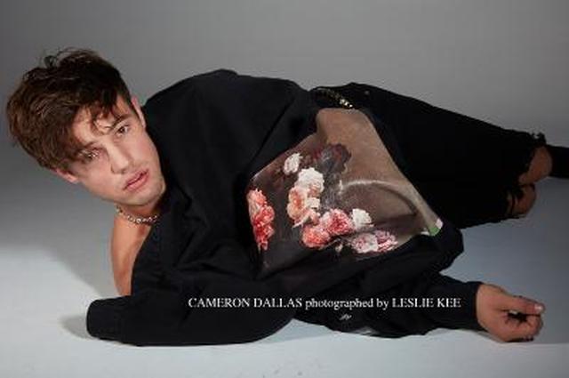 画像1: 写真家レスリー・キーが撮り下ろした、SNS王子キャメロン・ダラスの豪華ファッションとアート写真が渋谷で初公開