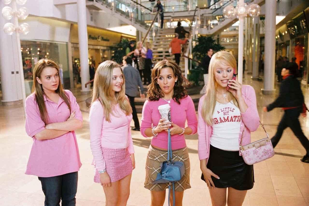 画像: 映画『ミーン・ガールズ』(2004年公開)のワンシーン。左から主人公のケイディを演じたリンジー・ローハン、カレン役のアマンダ・サイフリッド、グレッチェン役のレイシー・シャベール、レジーナ役のレイチェル・マクアダムス。