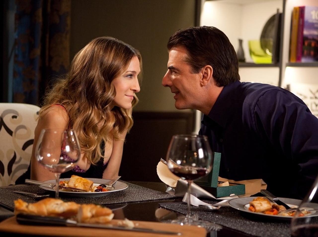画像: サラ演じるキャリーとクリス・ノース演じるミスター・ビッグ。
