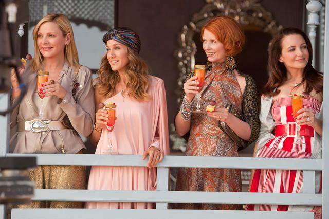 画像: 映画『SATC2』のワンシーン。左からサマンサ役のキム・キャトラル、キャリー役のサラ・ジェシカ・パーカー、マチルダ役のシンシア・ニクソン、シャーロット役のクリスティン・デイヴィス。