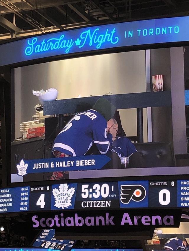 画像: 運営側の粋な計らいでスクリーンには「ジャスティン& ヘイリー・ビーバー 」と表示されていた。