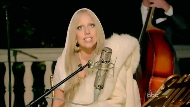 画像: Lady Gaga - White Christmas (Live from 'A Very Gaga Thanksgiving') www.youtube.com
