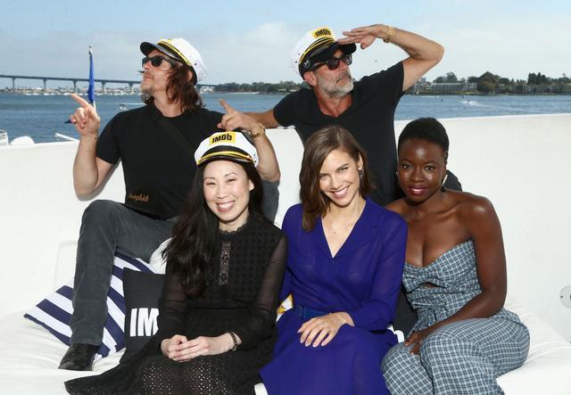 画像: 出演者たちと一緒に写真を撮るアンジェラ(前列左)
