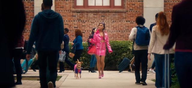 画像: 『キューティ・ブロンド』をオマージュしたシーン。登場するワンコはアリアナの愛犬のトゥールーズ。