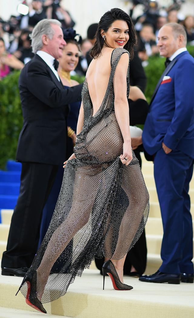 画像: ケンダル・ジェンナー、「ダウンジャケット」着ただけで1億円稼ぐ