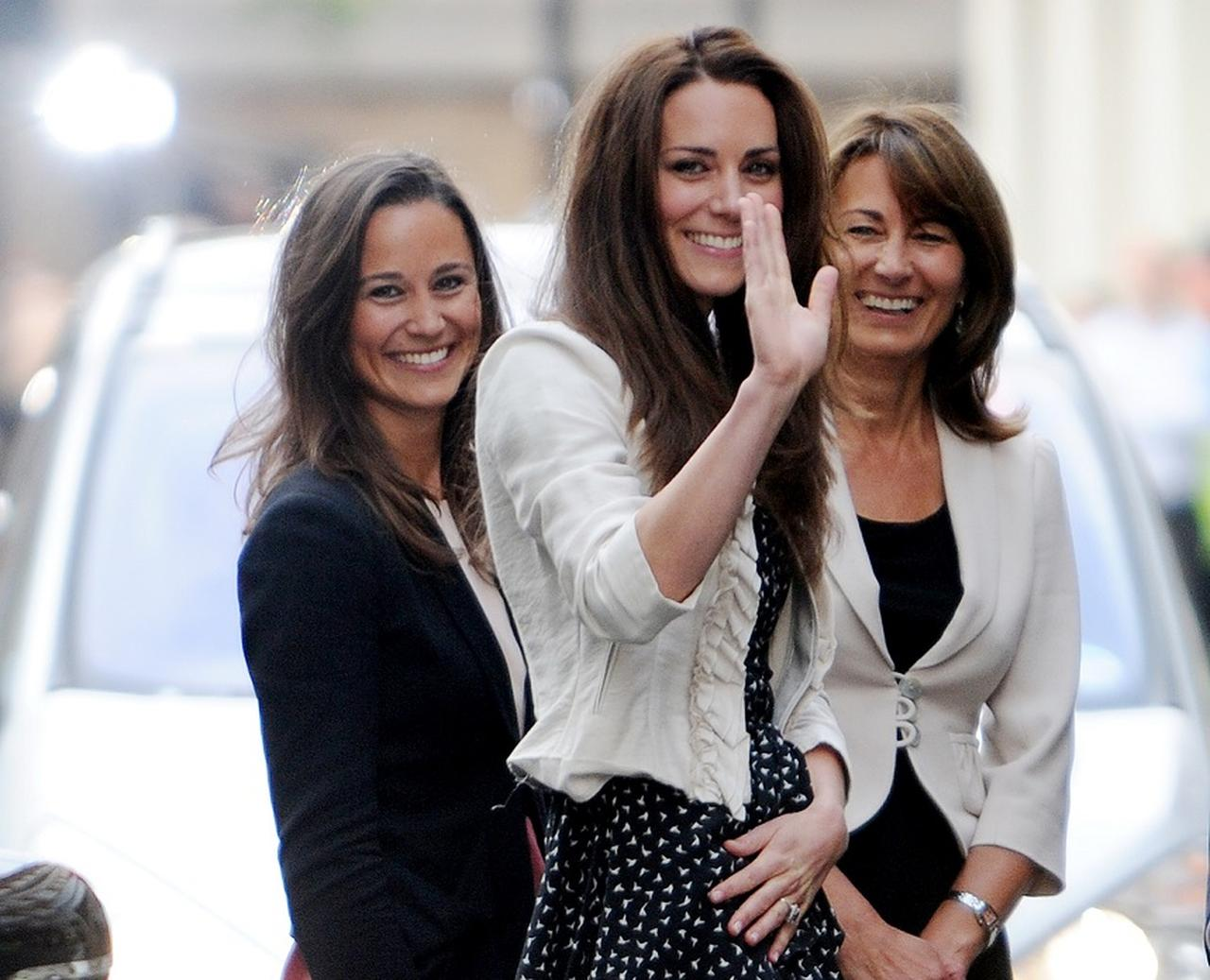 画像: 左から:キャサリン妃の妹ピッパ・ミドルトン、キャサリン妃、母のキャロル・ミドルトン。