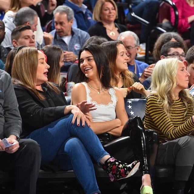 """画像1: Kendall Jenner ♡ on Instagram: """"kendall and Ben's mom at the Philadelphia 76ers vs Washington Wizards game in Philadelphia (30.11.18) • • #kendall #kendalljenner  #kendall…"""" www.instagram.com"""