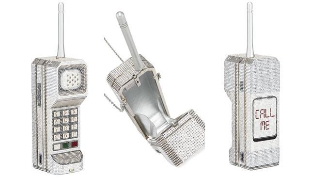画像: チェーンストラップがついており、肩掛けすることもできる。背面には「CALL ME(電話して)」の文字が。 www.neimanmarcus.com