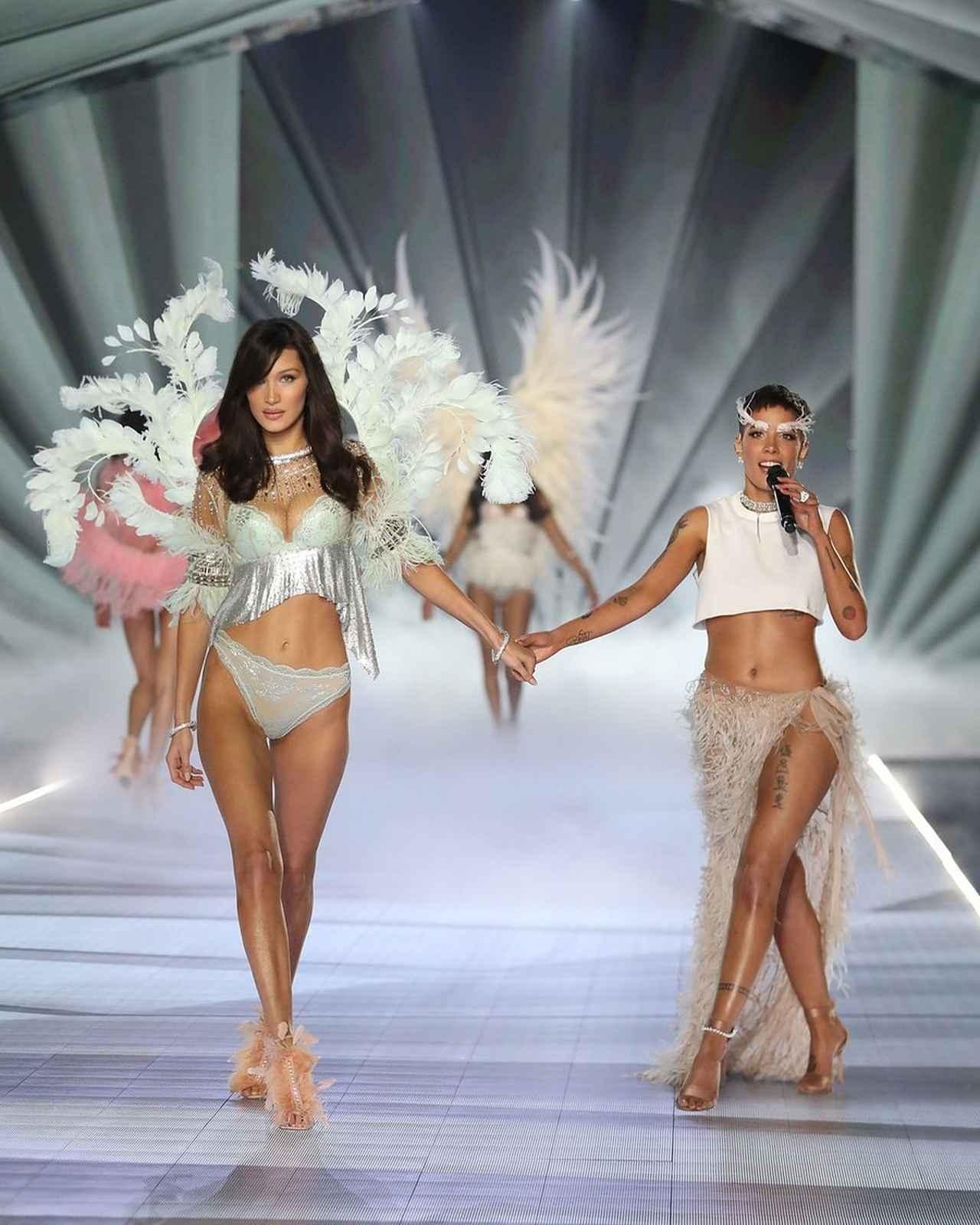 画像: ヴィクシーショーでパフォーマンスするホールジー。モデルたちが装着する天使の羽に合わせ、眉毛に羽をつけて登場した。出演モデルたちとも仲が良いい彼女は、舞台裏でも和気あいあいとした姿を見せていた。