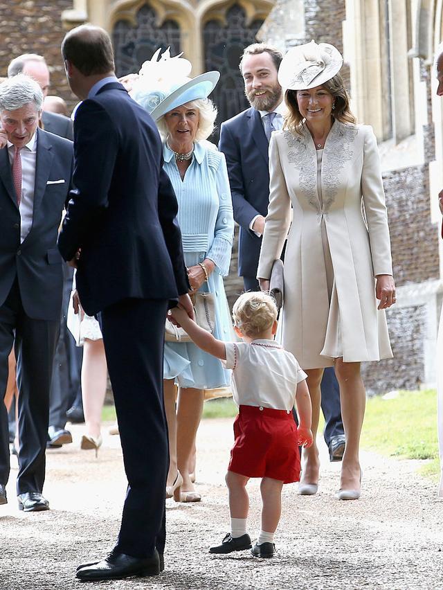 画像: 2015年のシャーロット王女の洗礼式にて。当時まだ1歳だったジョージ王子のよちよち歩きを微笑ましく見守るキャロル。