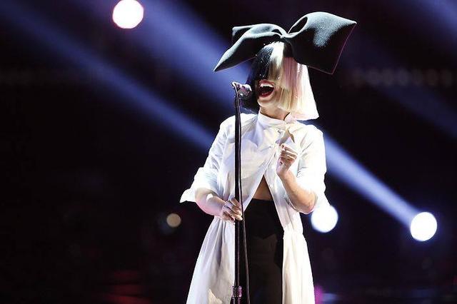 画像: ナタリー・ポートマン、ガガみたいな衣装でシーアの歌を歌う?