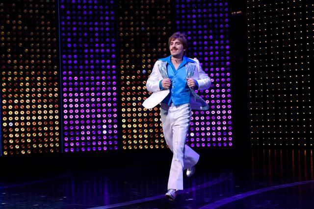 画像: 公演後のカーテンコールに登場したソニー役のジャロッド・スペクター。