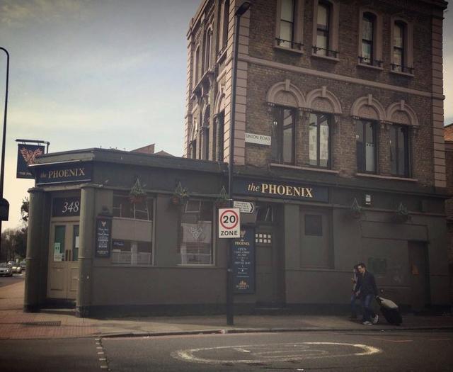 画像: キャサリン妃とシャーロット王女がトイレを借りたというロンドン南部の地区ストックウェルにあるパブ「フェニックス」。©Phoenix Pub Clapham/ Facebook www.facebook.com