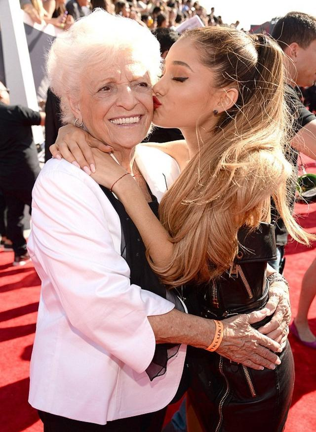 画像: アリアナ・グランデ祖母、93歳にして人生初のタトゥー入れる