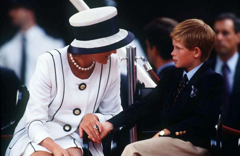 画像: 生前のダイアナ妃と幼い頃のヘンリー王子。