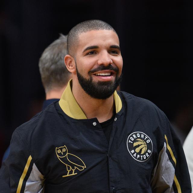 画像: フクロウのロゴが入ったOVOのスタジャンを着用するドレイク。