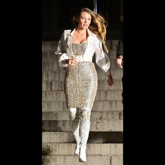 """画像1: Blake Lively on Instagram: """"Spotted: S, back on the steps of the Met. ✨@chanelofficial"""" www.instagram.com"""