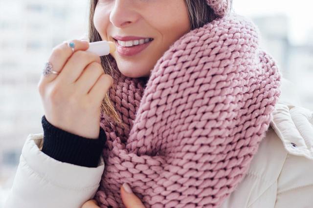 画像1: リップクリームで外気から唇をカバー