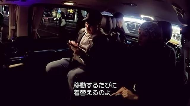 画像2: キムが東京の道端で「生着替え」