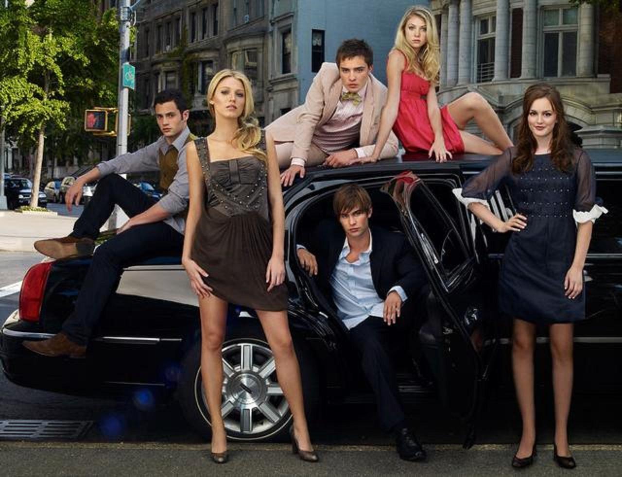 画像: 左から:ダン役のペン・バッジリー、セリーナ役のブレイク・ライヴリー、チャック役のエド・ウエストウィック(奥)、ネイト役のチェイス・クロフォード(手前)、ジェニー役のテイラー・モムセン(奥)、ブレア役のレイトン・ミースター。