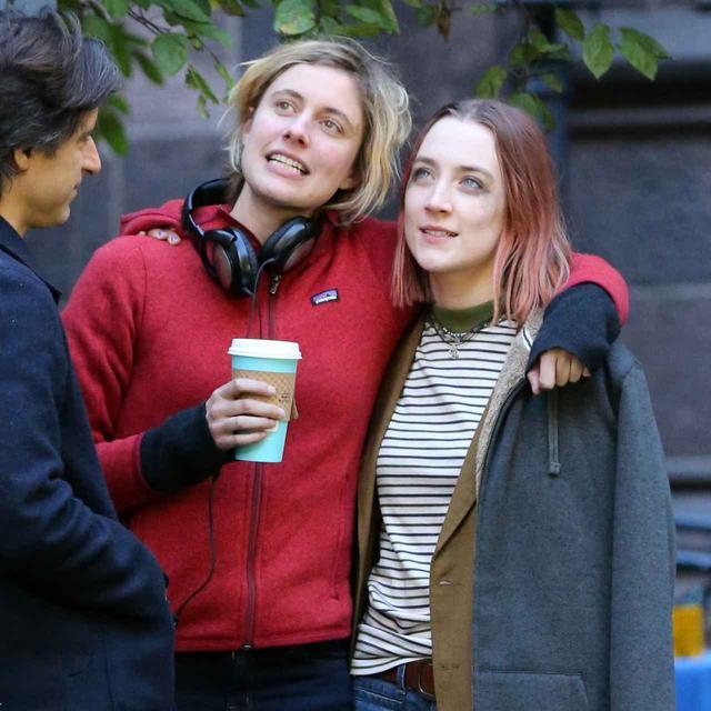 画像: 『レディ・バード』の撮影でシアーシャと仲良く話すグレタ監督。