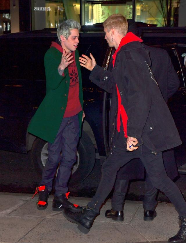 画像: マシンガン・ケリーを滞在先ホテルまで送り、ハグや握手を交わしていたピート。
