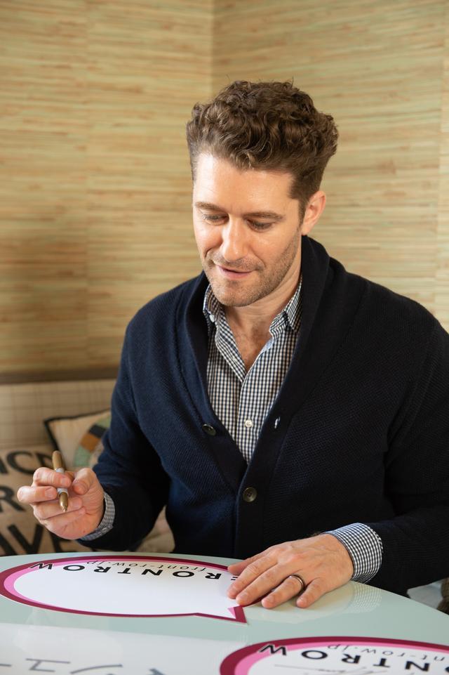 画像: 今回のインタビュー中に、マシューが日本語での直筆サインに挑戦!©️フロントロウ編集部