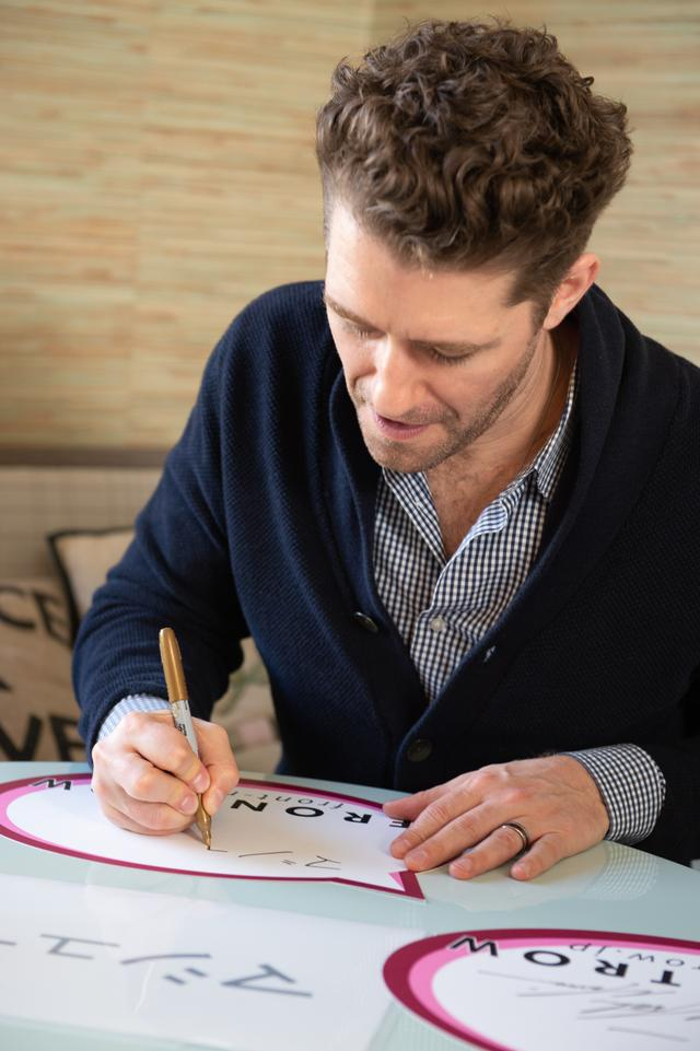 画像: お手本を見ながら真剣な表情で「マシュー」とサイン。©️フロントロウ編集部
