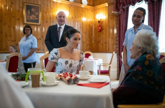 画像: ロイヤル・バラエティ・ブリンスワース・ハウスの施設内の食堂で入居者たちと交流するメーガン妃。