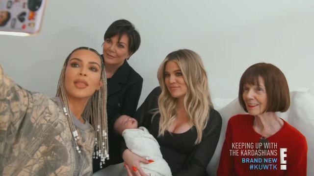 画像: キムやクロエの祖母(右)から新しく誕生したベビーまで、カーダシアン家4世代が勢ぞろい。