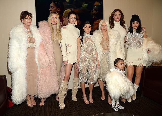 画像: 左から:母クリス・ジェンナー、三女クロエ・カーダシアン、四女ケンダル・ジェンナー、長女コートニー・カーダシアン、次女キム・カーダシアン、キムの長女ノース・ウエスト(手前)、ケンダルとカイリーの父ケイトリン・ジェンナー(奥)、五女カイリー・ジェンナー。
