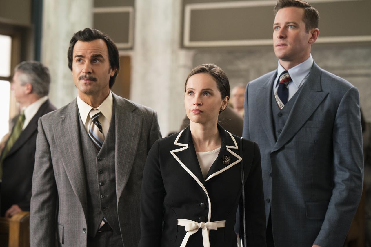 画像: 左からジャスティン・セロー、フェリシティ・ジョーンズ、アーミー・ハマー。