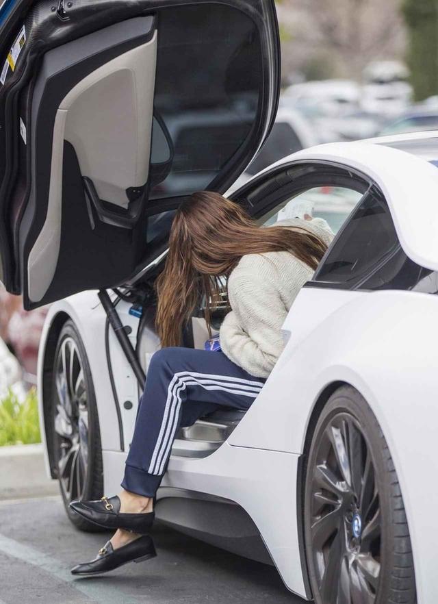 画像4: BMW i8、2千万のハイブリッドスポーツカーに乗る20歳モデル