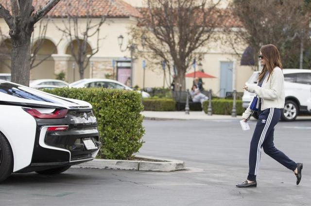 画像5: BMW i8、2千万のハイブリッドスポーツカーに乗る20歳モデル