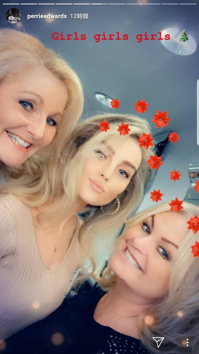 画像: 左からアレックスの母親、ペリー、ペリーの母親。