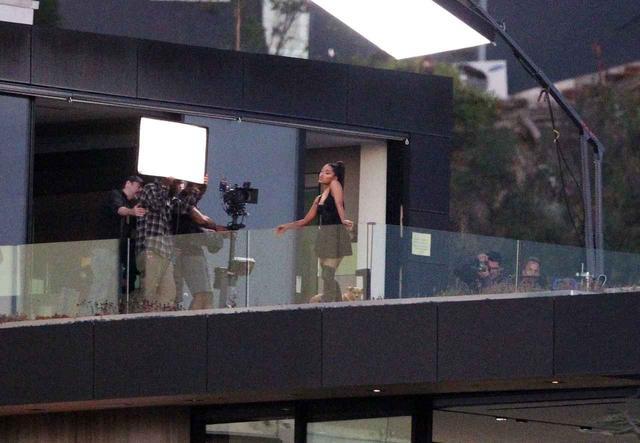画像1: アリアナが新曲MVを撮影