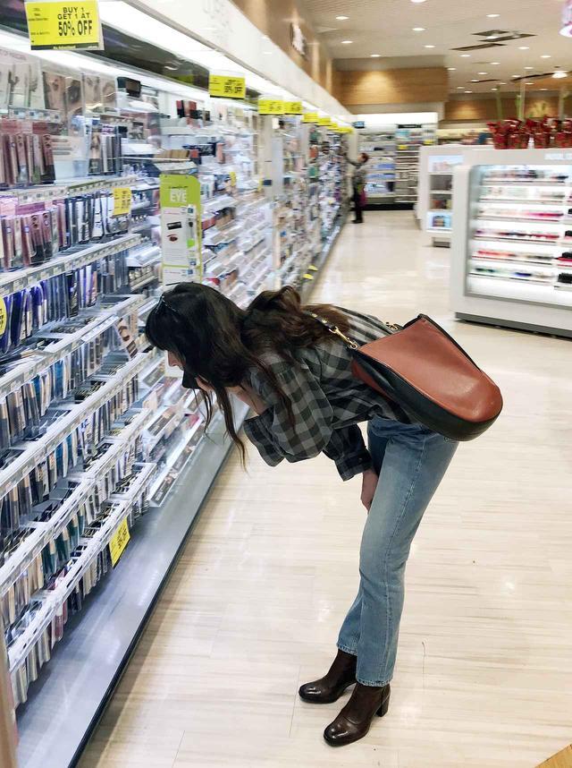 画像2: ダコタ・ジョンソン、庶民派すぎるレアな買い物姿をキャッチ