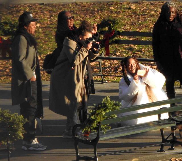 画像4: ビヨンセが自らカメラを片手に撮影しまくる「無人ベンチ」の意味は?