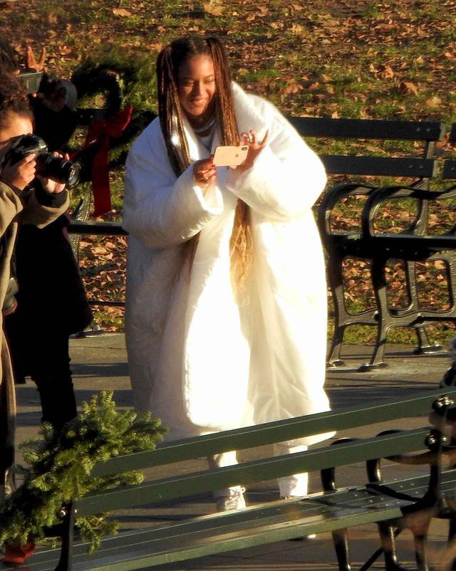 画像3: ビヨンセが自らカメラを片手に撮影しまくる「無人ベンチ」の意味は?