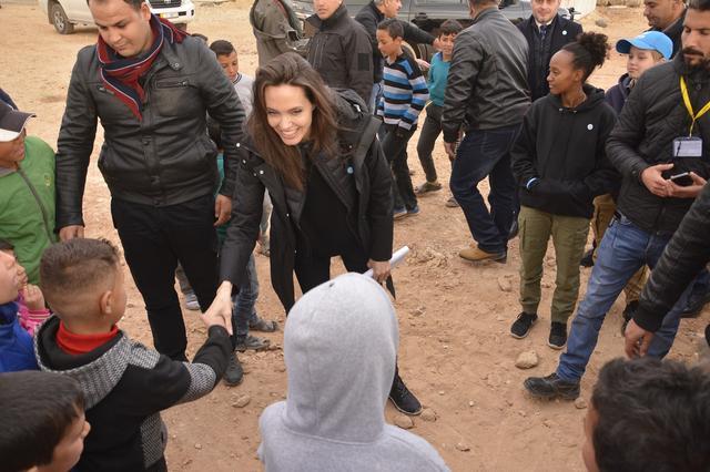 画像: 2018年1月、娘たちを連れてヨルダンの難民キャンプを訪問したアンジェリーナ。