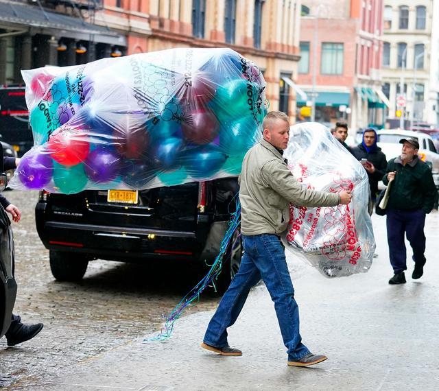 画像: テイラー宅にバルーンを届ける業者。