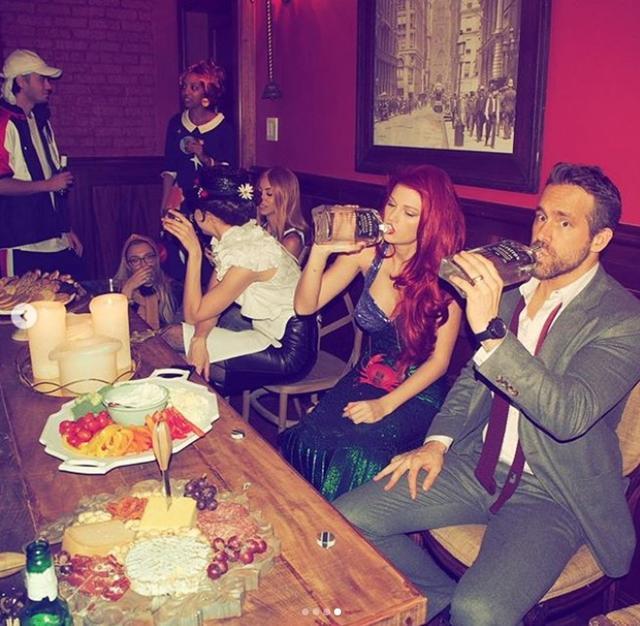 画像: ライアンがオーナーの1人に名を連ねる酒造メーカー「アビエイション」のジンをライアンと一緒にラッパ飲みするテイラー。©Taylor Swift/ Instagram