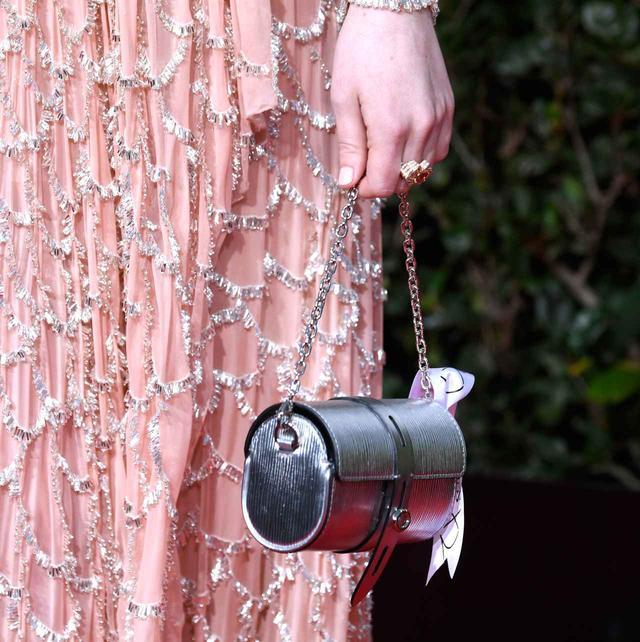画像2: エマ・ストーン、ゴールデン・グローブで着用したドレスの制作時間に気が遠くなる【ゴールデン・グローブ2019】