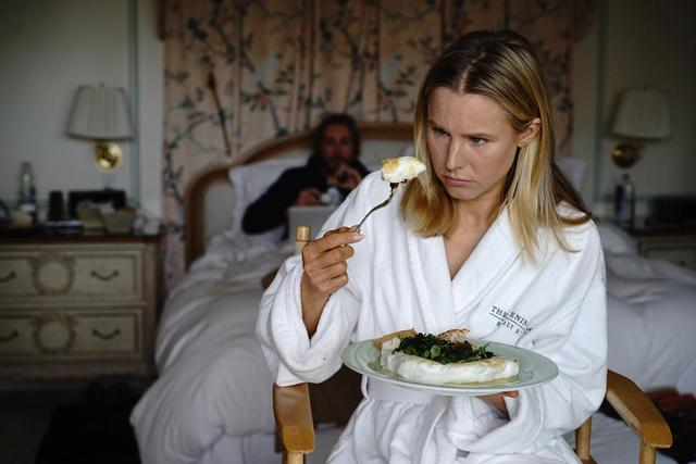"画像1: kristen bell on Instagram: ""I can't remember exactly, but I'm pretty sure the rule is to eat as much as humanely possible before squeezing into a formal dress. Right?…"" www.instagram.com"